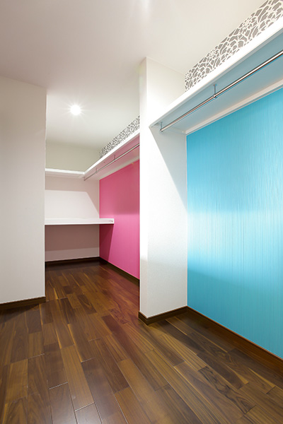 壁紙の張り分けがアクセントの部屋