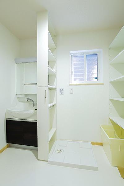 収納スペースの多い洗面室