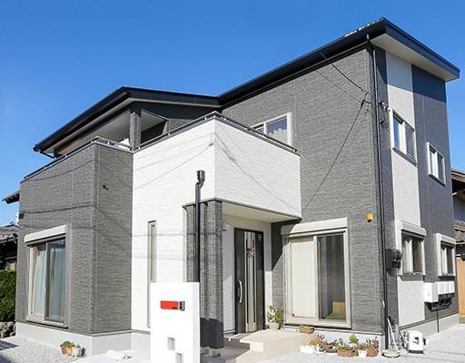 片流れ屋根で白と黒のシンプルな外観のお家(滋賀県米原市 K様邸)