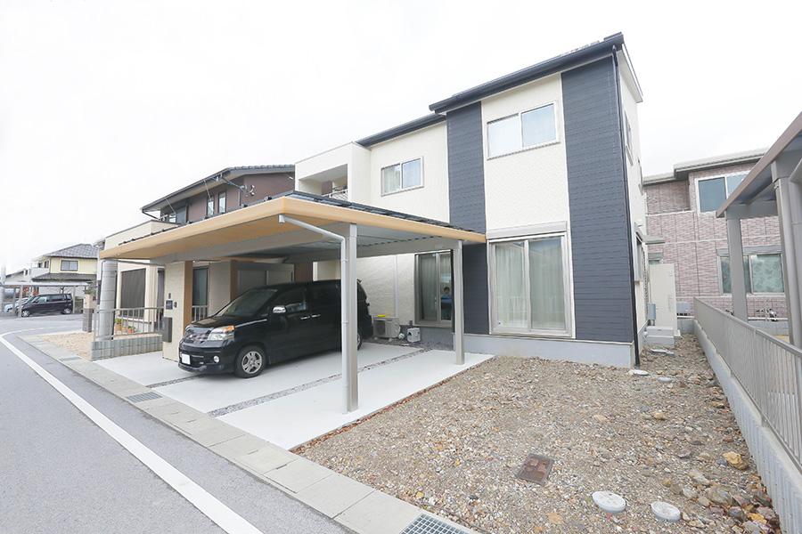 屋根とカーポートに太陽光を搭載した家の外観
