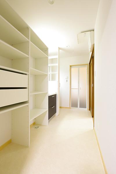 高さの変更が可能な造付けの棚