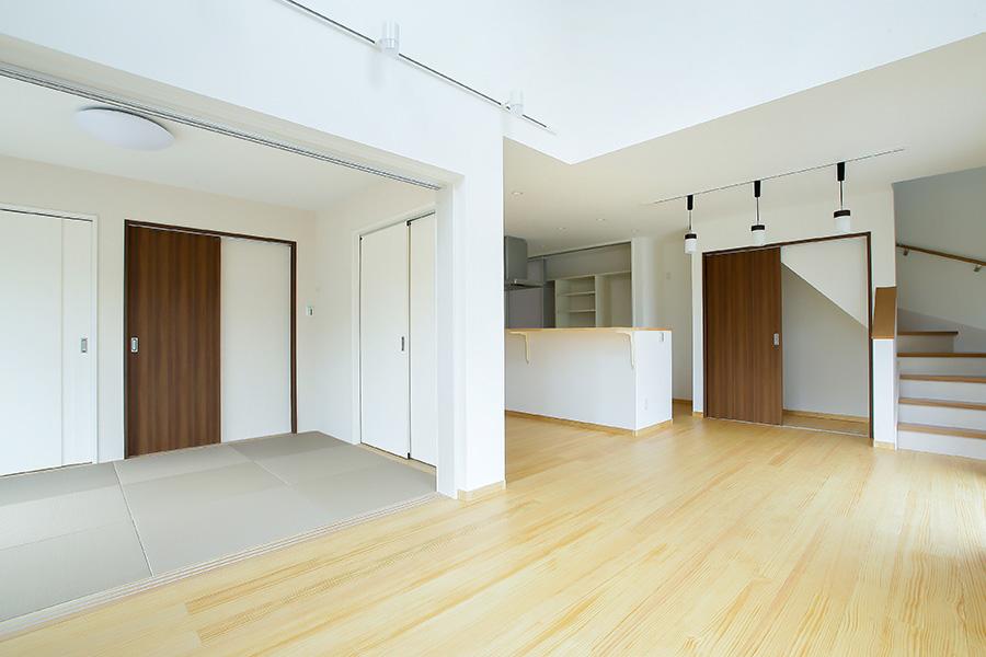 リビング、畳の部屋、キッチンを望む