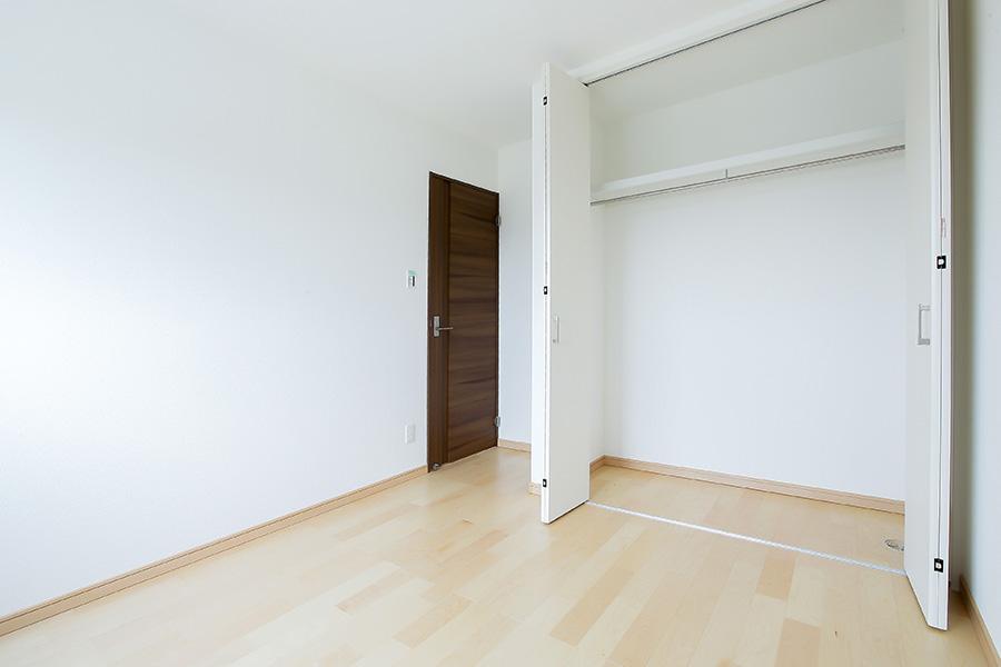 白い壁と広い収納の部屋
