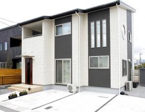 吹き抜けの上部に配置された丸窓が印象的(滋賀県 彦根市 S様邸)
