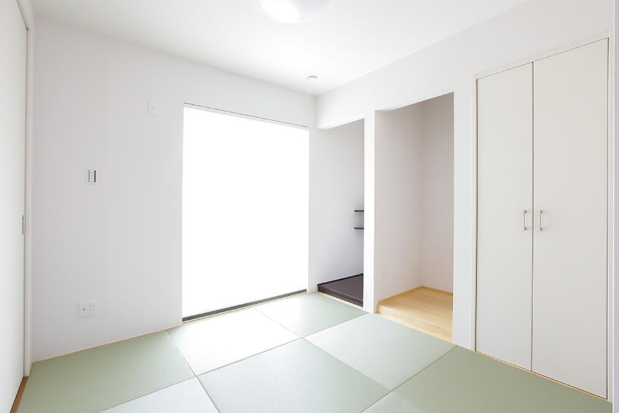 光が差し込む和室