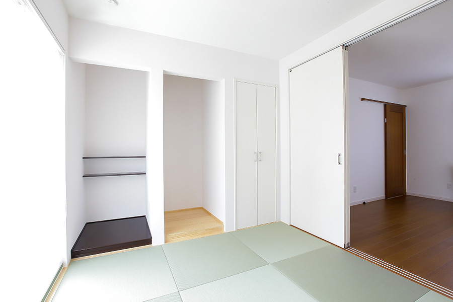 扉を開けると一体感の得られるダイニングとの段差がない和室