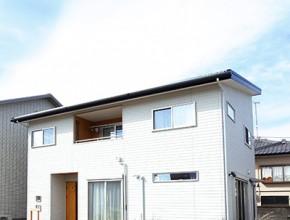 片流れ屋根に太陽光を搭載している家の外観