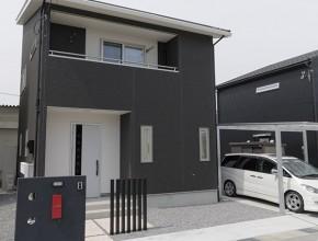 白い玄関ドアのシンプルな外観(滋賀県長浜市 Y様邸)